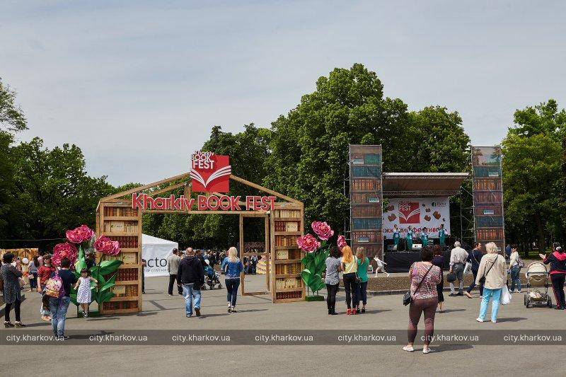 В саду Шевченко проходит книжная ярмарка (ФОТО)