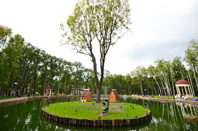 В парке Горького обновляют озеро