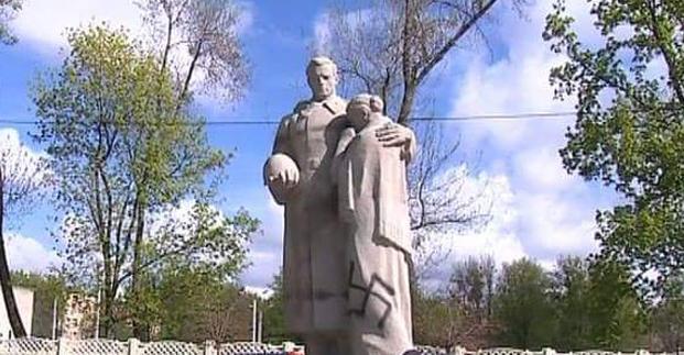 Вандалы разрисовали свастикой памятник у братской могилы во Фрунзенском районе