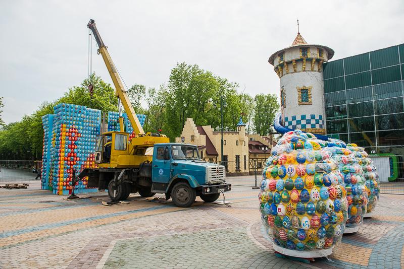 В парке Горького устанавливают пасхальную композицию