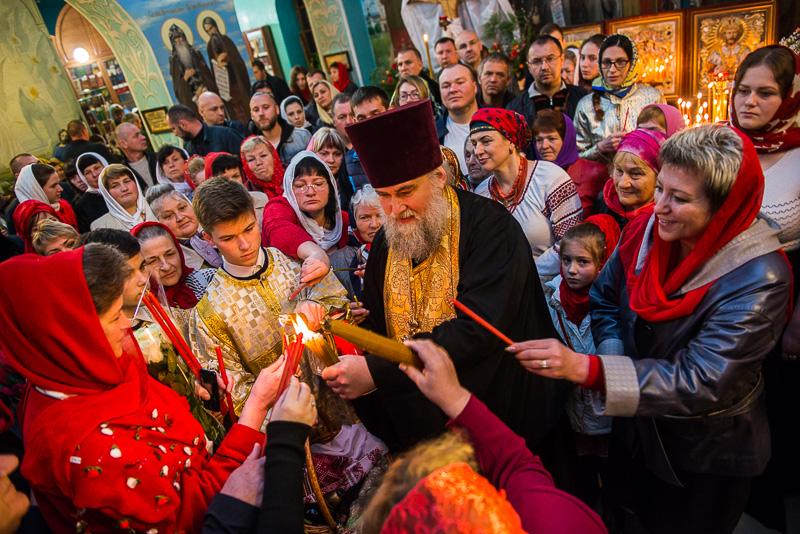 Благодатный огонь передали в храмы Харькова