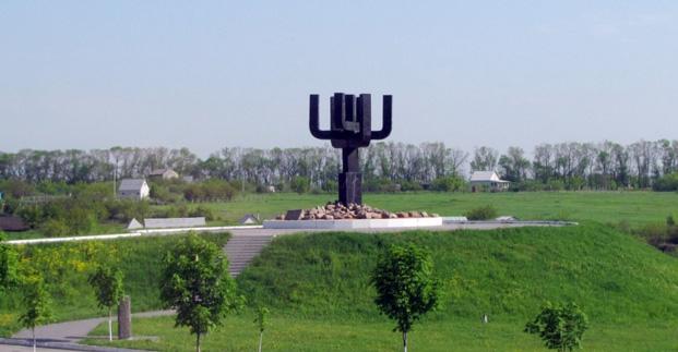 В Дробицком Яру высадили аллею памяти жертв нацизма