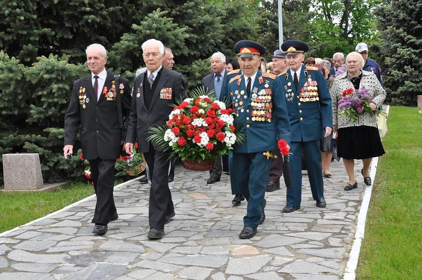 В Киевском районе возложили цветы к памятнику воинам-освободителям