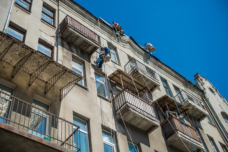 На улице Пушкинской ремонтируют дом 30-х годов