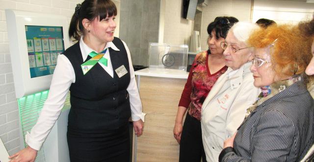 Пожилых людей научили пользоваться сервисами «Прозрачных офисов»