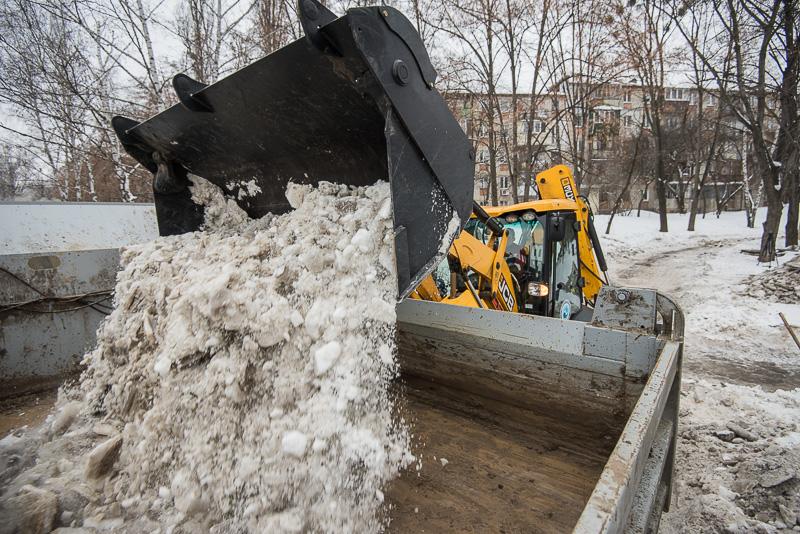 На вулицях Харкова триває прибирання снігу