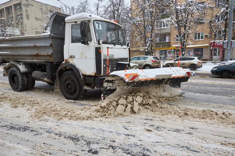 На вулицях міста працюють близько 120 снігоприбиральних машин