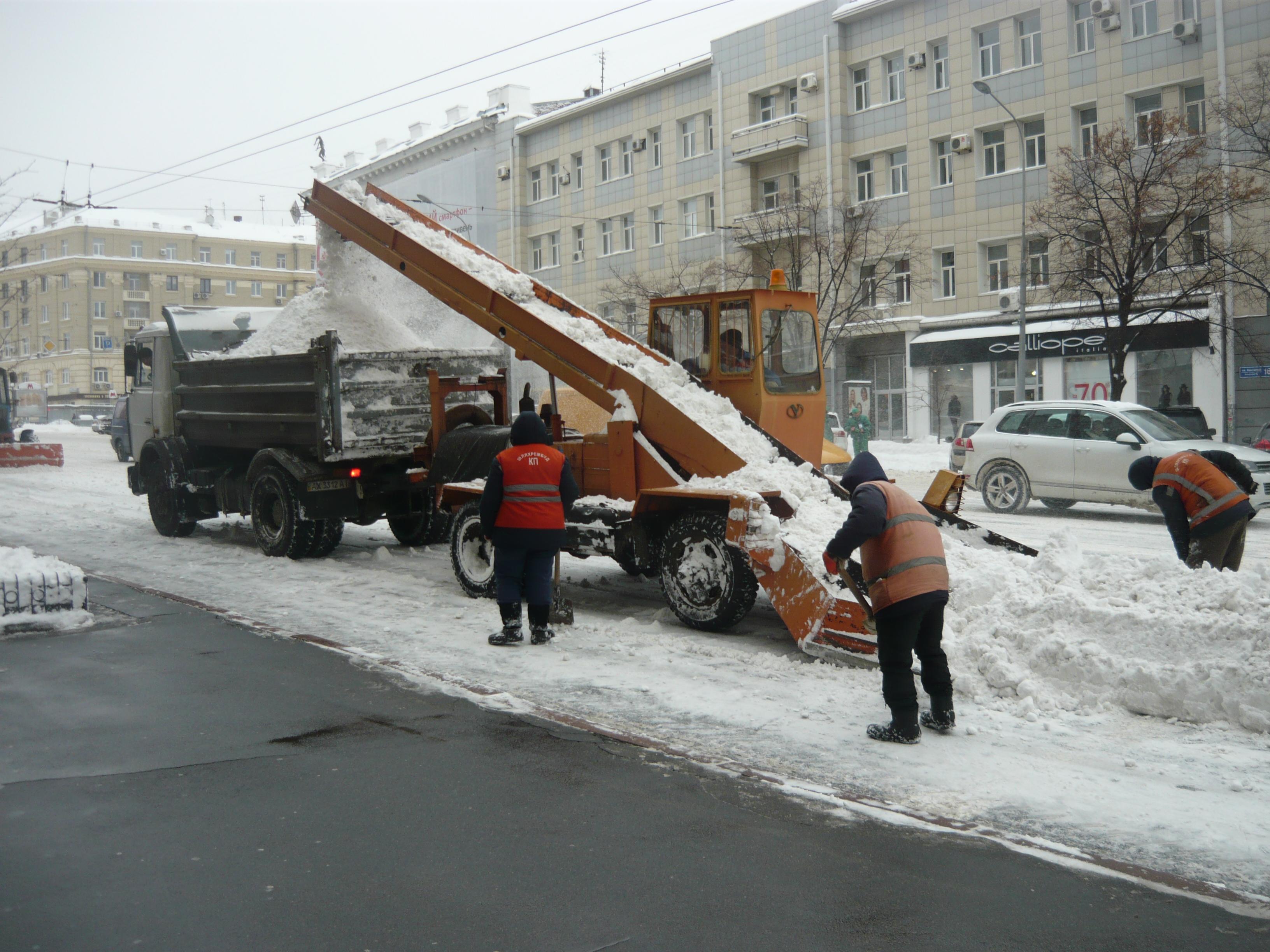 На вулицях міста триває прибирання снігу