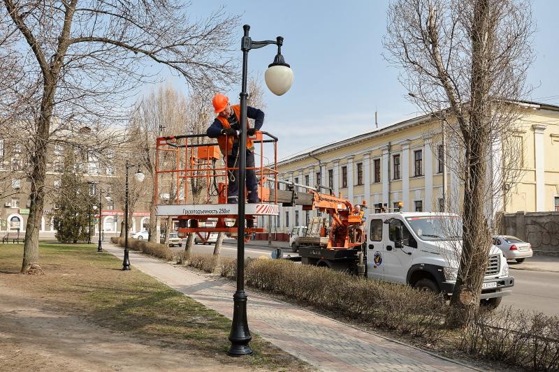 У харківських парках і скверах приводять до ладу світильники