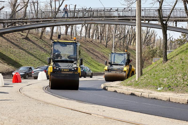 На проспекті Незалежності та Клочківському узвозі ремонтують дорогу