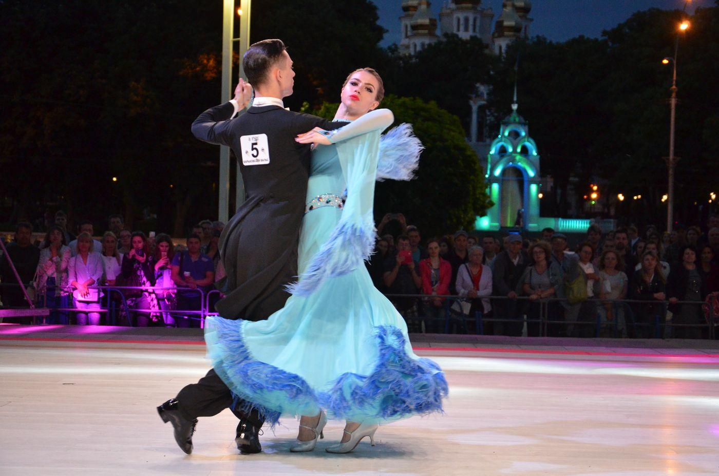 Возле оперного театра прошел «Харьковский вальс»