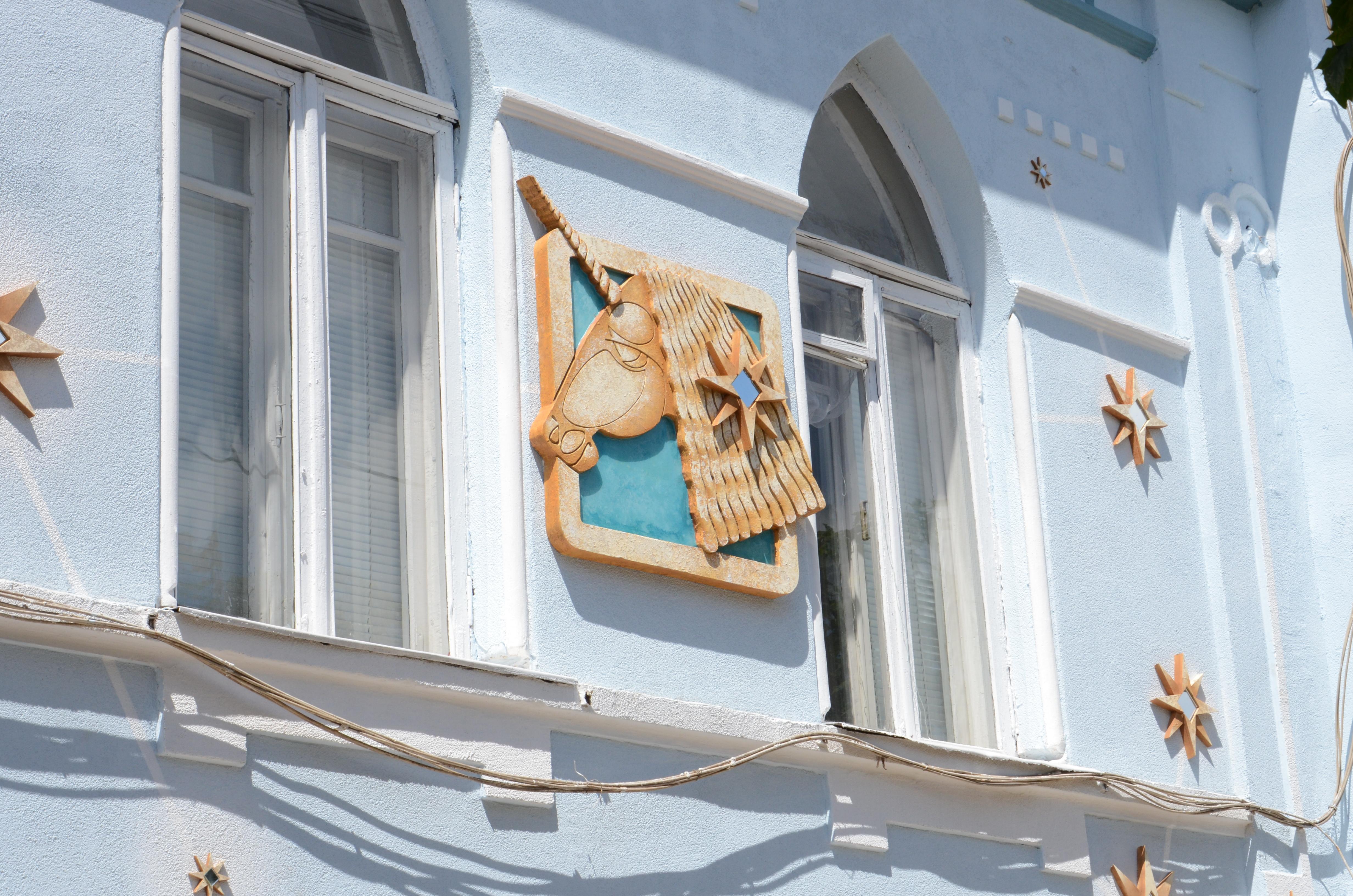 На будинках по вулиці Конторській з'явилися казкові тварини