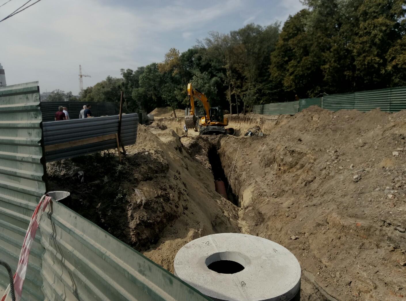 На новій дорозі за оперним театром завершують будівництво зливової каналізації
