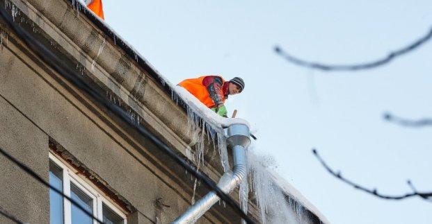 Більше сотні альпіністів знімають бурульки з дахів будинків