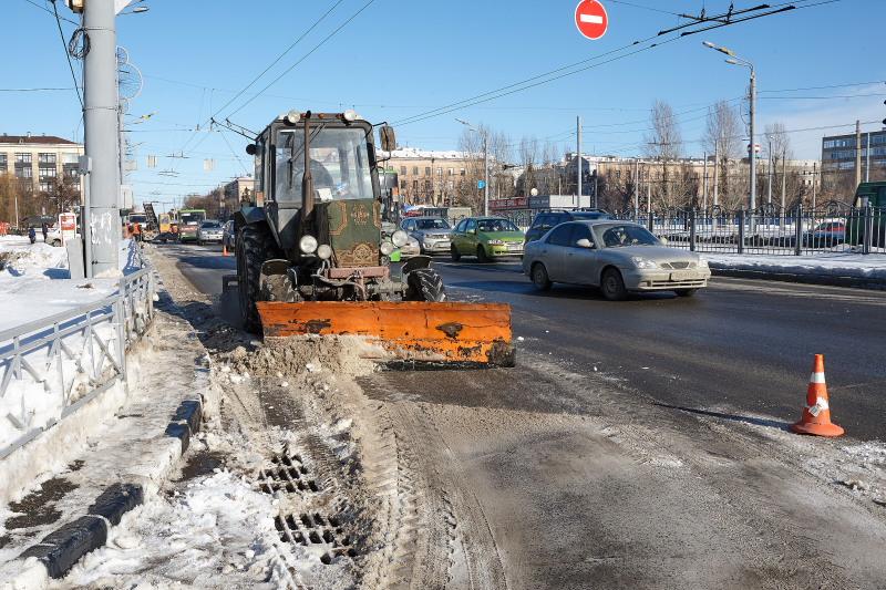 Близько півсотні машин прибирають вулиці міста