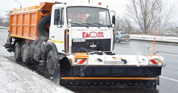 У Харкові працює снігоприбиральна техніка