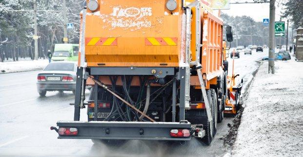 Близько 40 машин прибирають місто від снігу
