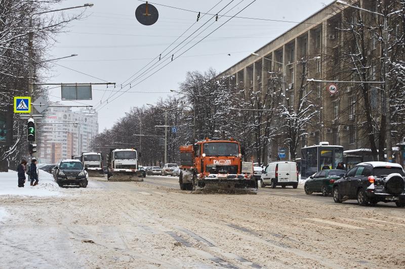 На дорогах Харкова прибирають сніг