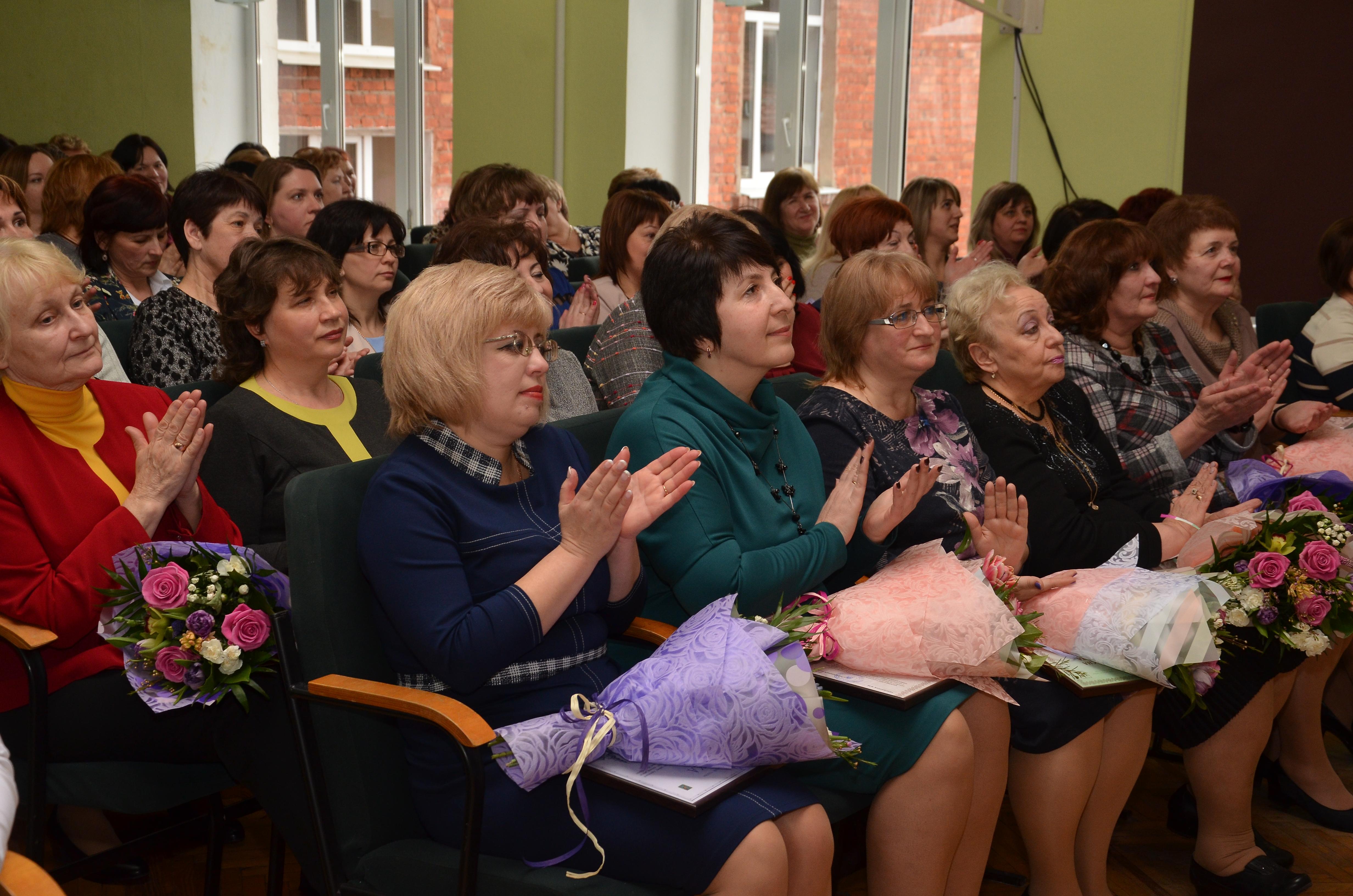 У Київському районі привітали вчителів з 8 березня