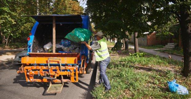Комунальники прибирають сміття на території приватного сектора