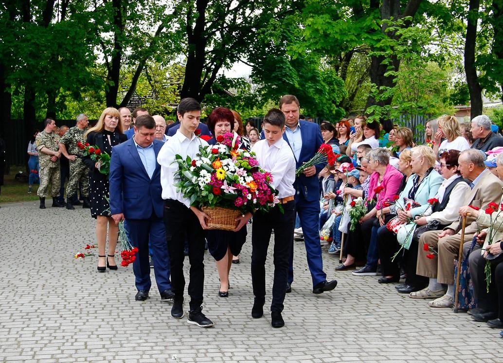 До братніх поховань в Індустріальному районі поклали квіти
