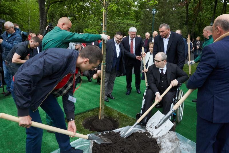 Геннадій Кернес та Олександр Гвоздик висадили дуби в саду Шевченка