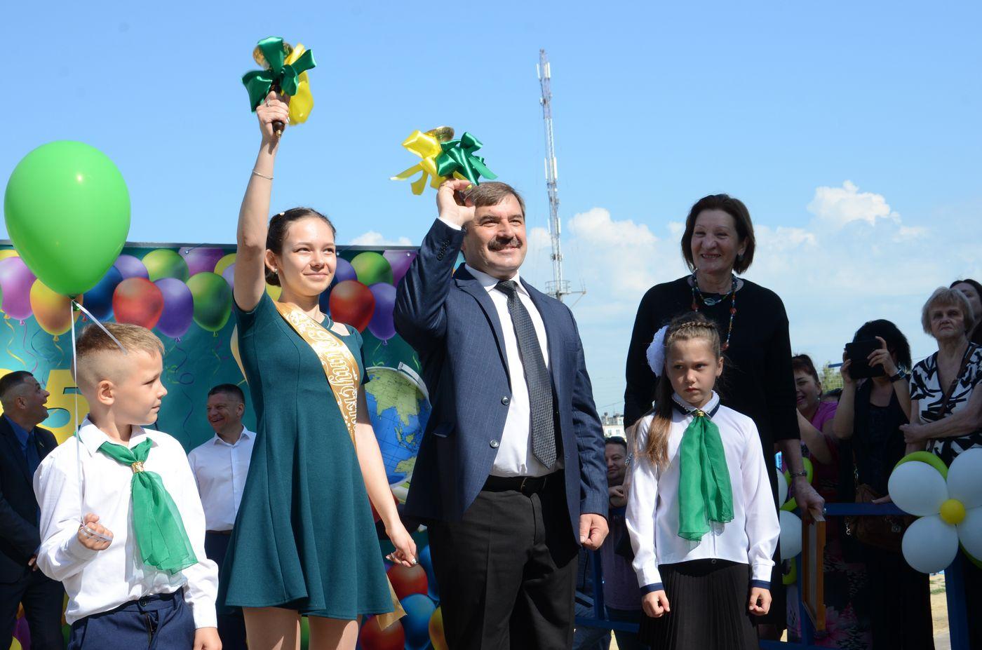 Олександр Новак привітав школярів із закінченням навчального року